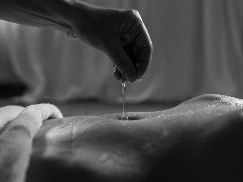 Jak wykonać masaż intymny z użyciem olejku?